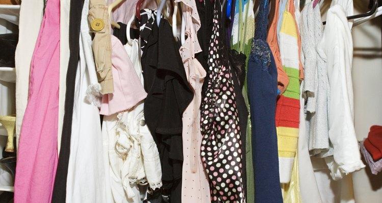 Un toque de color hace que un traje neutral se destaque.