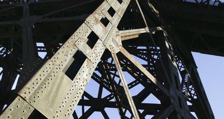 Las planchas de acero laminadas en caliente se utilizan como placas de armaduras para reforzar los puentes de acero.