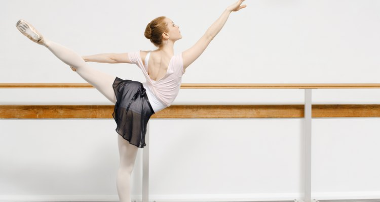 Pratique seus passos em uma barra de balé
