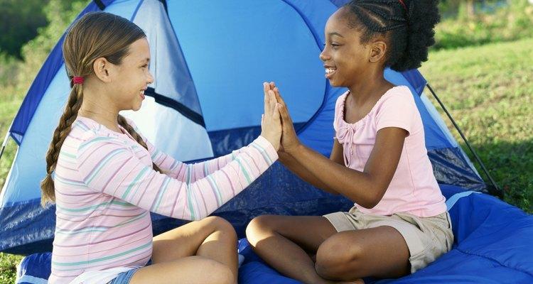 Los campamentos ayudan a tus hijos a hacer nuevos amigos.