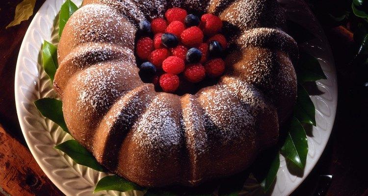 O açúcar de confeiteiro geralmente é usado no lugar de coberturas em bolos bundt