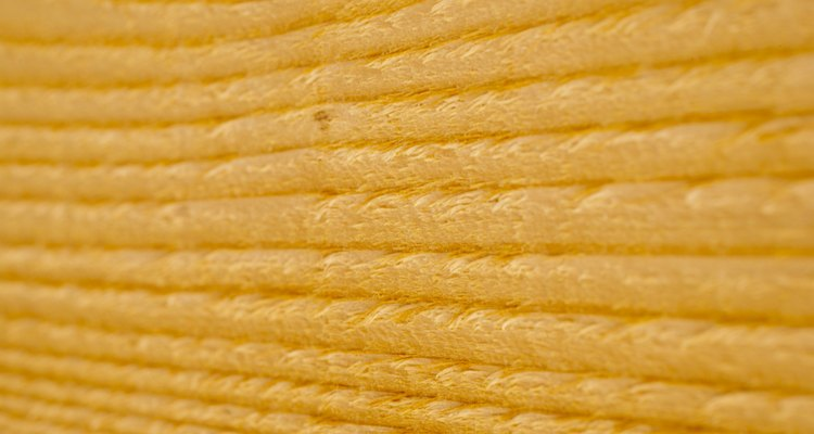 El pino en bruto puede tener un hermoso acabado si se sella correctamente antes de teñirlo.