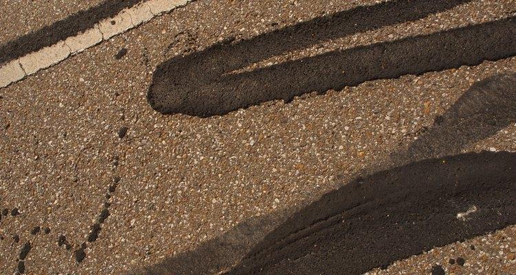 El alquitrán se usa para reparar las grietas en los caminos, facilitando el tránsito de los vehículos.