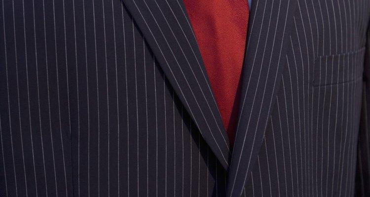 Los trajes negros a rayas son prolijos y sofisticados.
