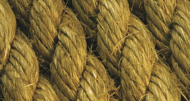Las fibras de cáñamo son más comúnmente conocidas por sus usos en la fabricación de cuerdas y cables, elementos que forman parte de muchos diseños de muebles tejidos.