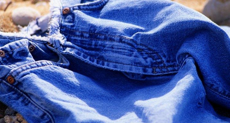 Cubre un par de pantalones con la piel sintética.