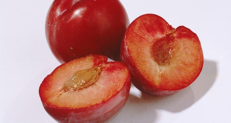 Las ciruelas rojas son menos comunes que las violetas y más ácidas.