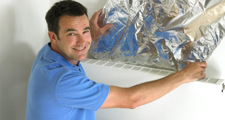 Corta el filtro de carbón activado a una medida de aproximadamente 8 pulgadas (20,32 cm) de ancho y 48  pulgadas (121,92 cm) de largo.