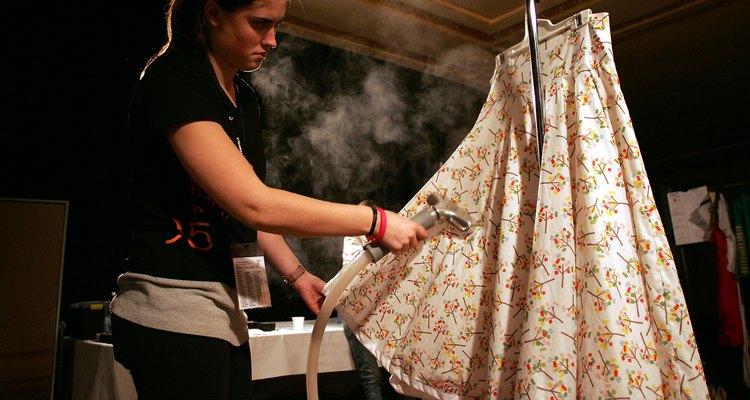 Mujer planchando una falda.
