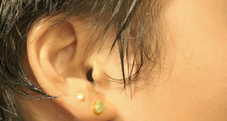 Los aretes ligeros son los mejores para las orejas perforadas.