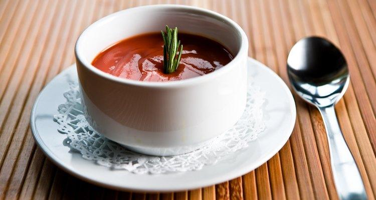 Aprenda a aquecer sopa no microondas sem fazer bagunça