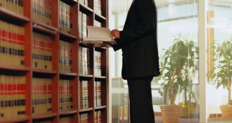 Algunas carreras pueden requerir educación formal adicional más allá de una licenciatura en criminología: expertos forenses y abogados, por ejemplo.