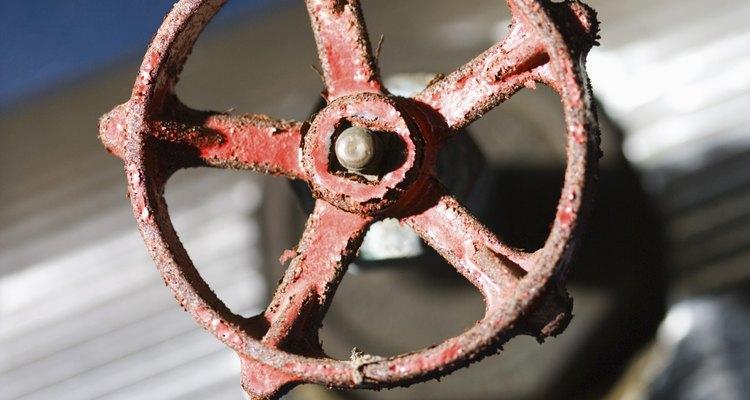 Desliza la abertura sobre el tubo galvanizado en la ubicación de la fuga, envolviéndola alrededor de la tubería.