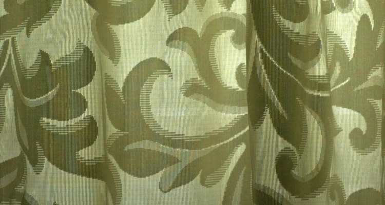 Las cortinas pueden dividir una habitación de manera efectiva y económica.