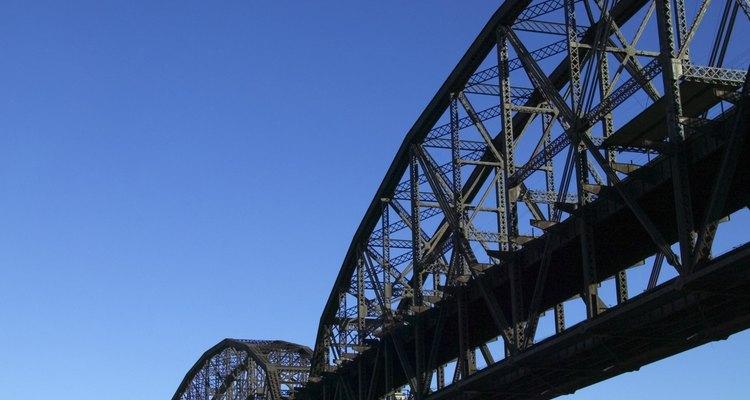 Las cerchas de puentes a menudo cruzan ríos.