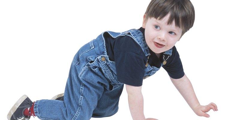 Muestra a tu niño en edad preescolar como caminar como araña.
