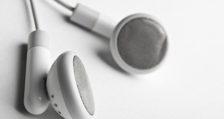 """Transforme dois pares de fones velhos em um cabo auxiliar para conectar reprodutores de MP3 nas portas """"AUX In"""" dos aparelhos de som"""