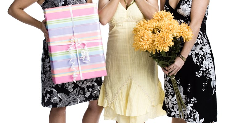 Adorna una silla especial para la mujer que celebra su baby shower.