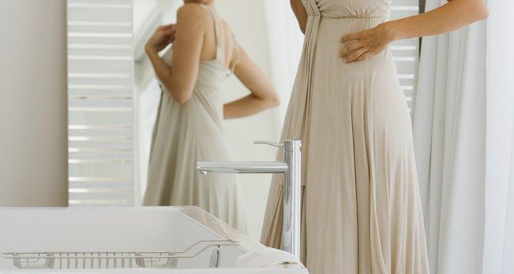 Un vestido con cintura imperio ocultará las imperfecciones de la parte media.