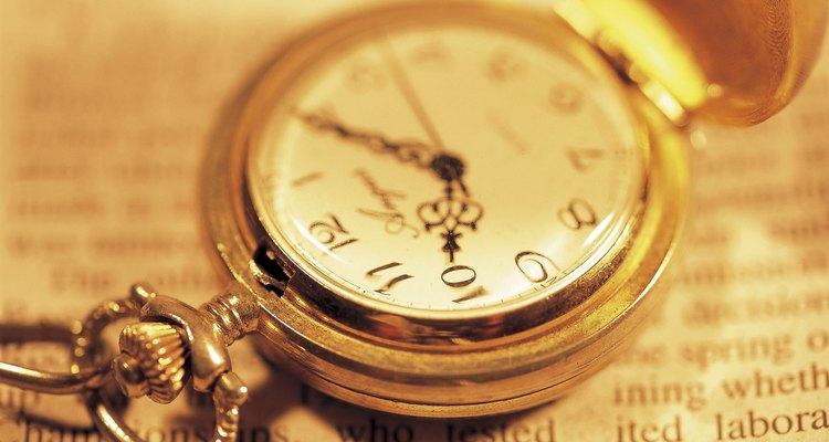 Relógios de bolso são gravados na parte posterior, superior ou inferior da tampa.