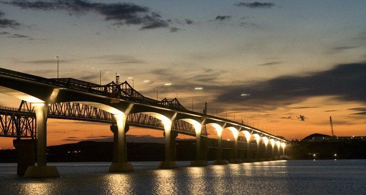 Los ingenieros civiles construyen puentes y otras infraestructuras importantes.