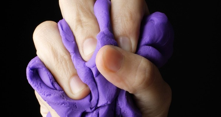 Se sua plastilina secar, adicione algumas gotas de óleo na argila