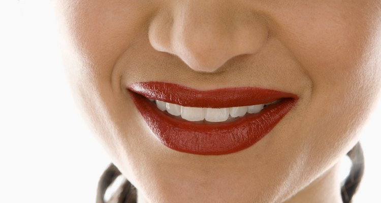 La tinta para labios tiene menos brillo que un lápiz labial tradicional.