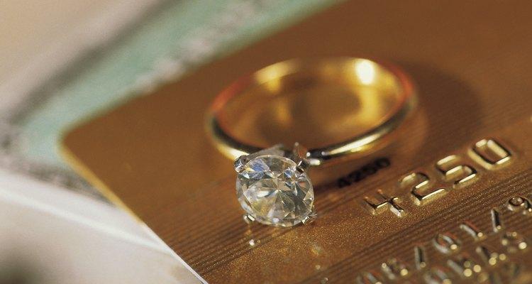 El oro amarillo es una elección popular para los anillos de compromiso.