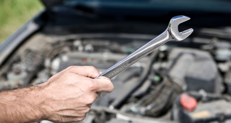 Substituindo um cilindro mestre da embreagem em um Toyota Corolla