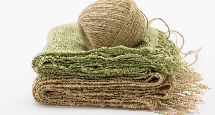 O enceramento irá suavizar as fibras ásperas do cânhamo e facilitará o manuseio dos fios