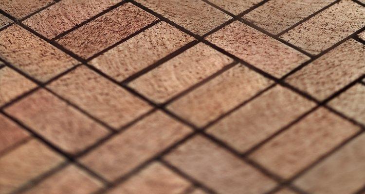 Uma calçada de tijolos pode acrescentar cor e um visual arrumado ao jardim
