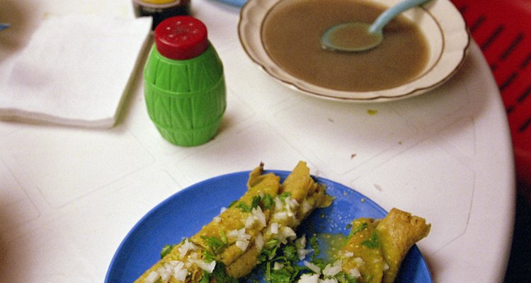 Tacos con cebolla y cilantro.