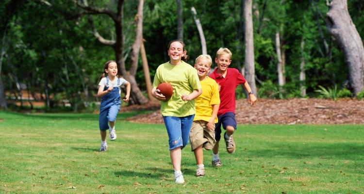 A los niños les encanta jugar al aire libre, por lo que el parque es una opción perfecta y asequible.
