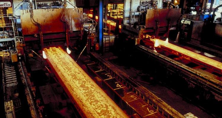 O processo de submeter um metal a tratamento térmico é conhecido como têmpera ou endurecimento