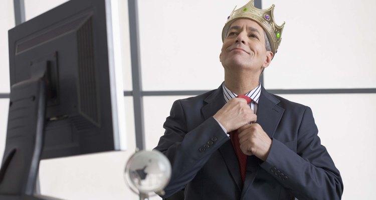 Puesto que todo el día es su cumpleaños, corónalo como rey por todo un día.