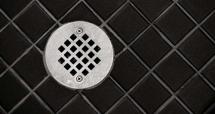 Elimina el moho negro del piso de la ducha con artículos que tienes en tu casa.