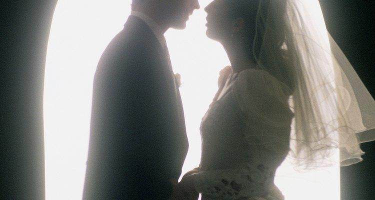 Algunas parejas escriben sus propios votos matrimoniales como declaración de su amor.