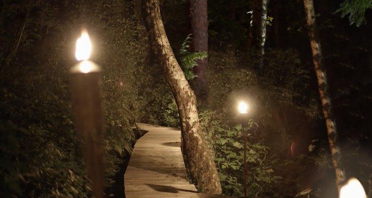 Ilumina tu jardín trasero con antorchas caseras.