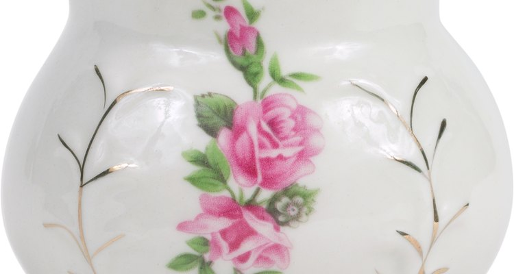 Los platos y otras piezas de porcelana antigua pueden mancharse con los años.