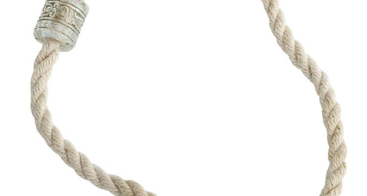 Los hilos de oro de esta cadena logran un elegante diseño tipo cuerda.