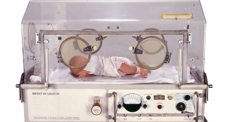 Bebé recién nacido en una incubadora.