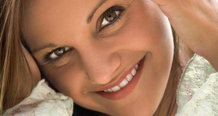 El vinagre puede ayudarte a equilibrar el nivel de pH de tu cuero cabelludo y te ayudará a deshacerte de la picazón asociada con la caspa.