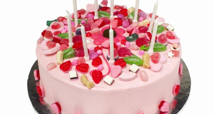 Decora el pastel con sus colores favoritos.