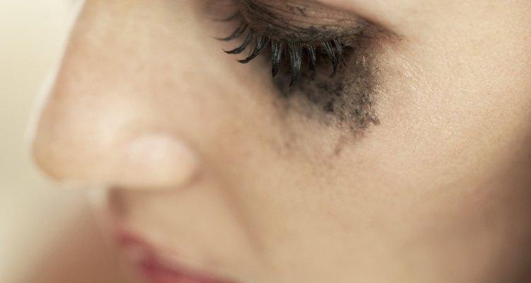 Evita tener ojos de mapache aplicándote bien el maquillaje.