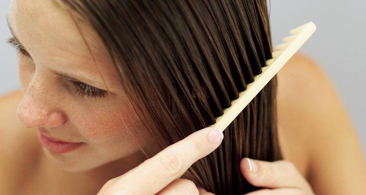 Haz un tratamiento casero de aceite caliente para el pelo dañado.