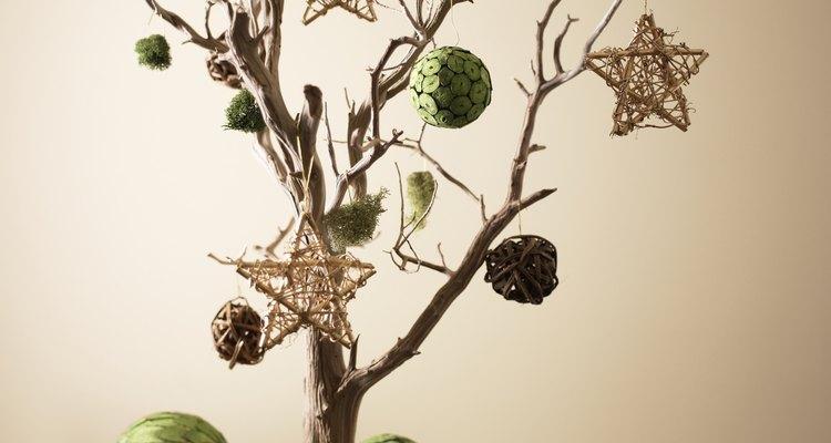 Cuelga adornos en una simple rama estabilizada.