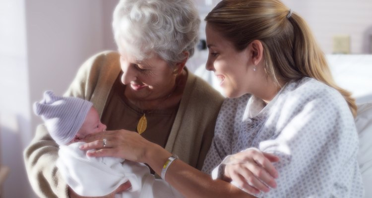 O nascimento do primeiro neto dá boas-vindas à avós para um novo mundo