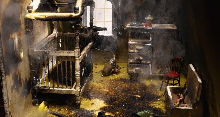 Después de un incendio en una casa, el olor a humo permanece y se adhiere a todo.