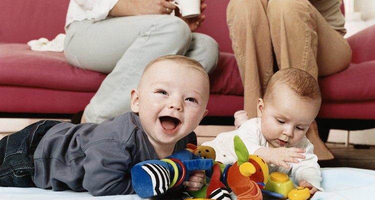 Dispersa una variedad de juguetes de colores brillantes en el suelo cerca de tu bebé.