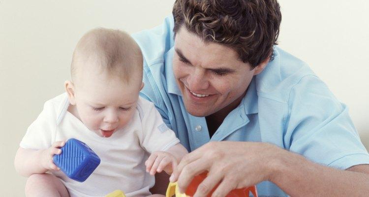 Use brinquedos coloridos para incentivar o bebê a se esticar e alcançar